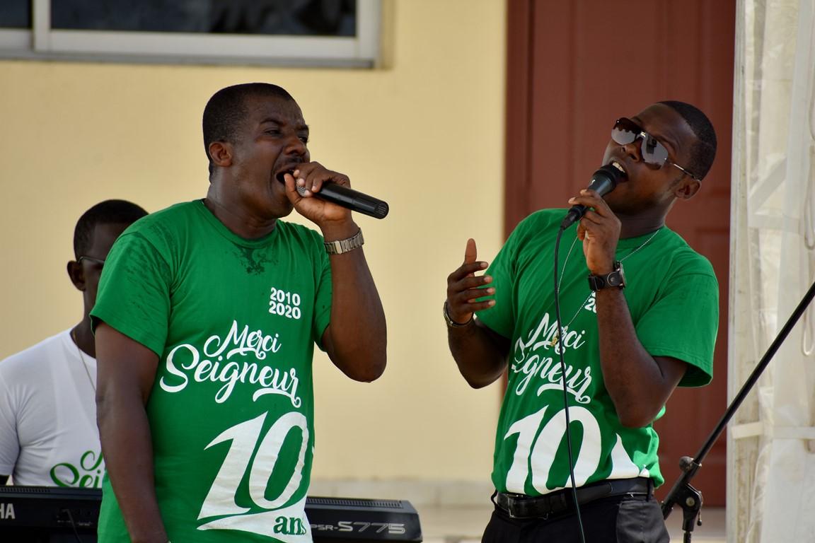 Alain Joel et Médard BEUGRE en prestation à la cérémonie d'ouverture des 10 ans de la radio